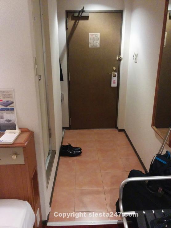 ドアとバスルームの前がスペースがあって広く感じます。